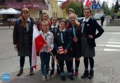 Harcerki zŁańcuta rozdają flagi