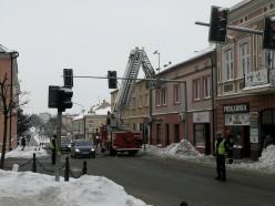 Strażacy usuwają niebezpieczne sople