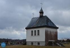 Z kaplicy cmentarnej znika poszycie dachu