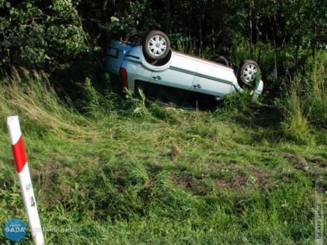 Zasnął za kierownicą, samochód dachował
